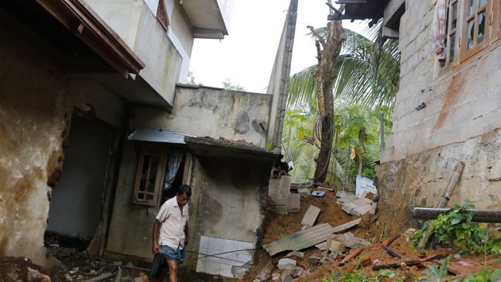 Durch die Explosionen zerstörtes Gebäude am Montag nahe dem Armeestützpunkt Salawa.