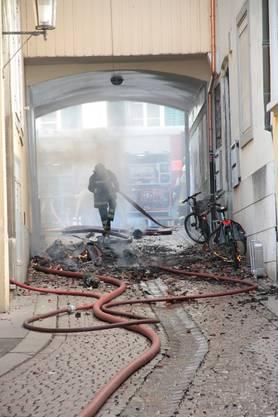 Feuerwehrleute sind durch herunterfallenden Schutt stets gefährdet