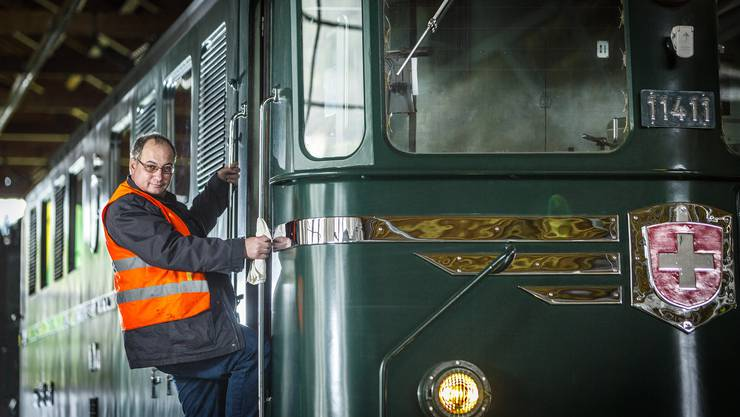Lokführer Bruno Lämmli im Depot Erstfeld auf einer Ae 6/6 der SBB Historic.