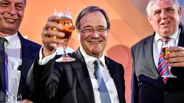 Die CDU gewinnt die Landtagswahlen in Nordrhein Westfalen: Armin Laschet (Mitte) von der CDU in Feierlaune.