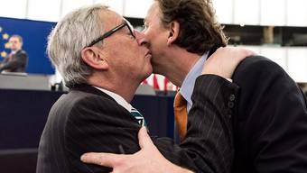 Herzliche Begrüssung zwischen Jean-Claude Juncker (l) und Bert Koenders in Strassburg