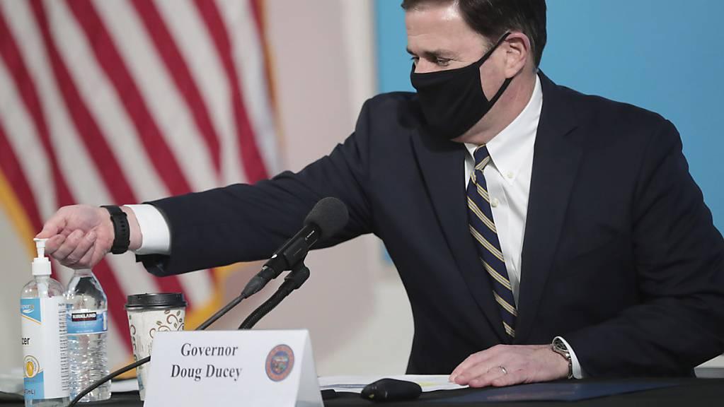 Arizonas Gouverneur Douglas Doucey führt erneut Coronavirus-Beschränkungen ein - die Ausbreitung des Coronavirus sei zu gross.