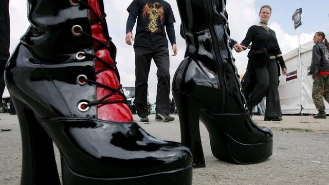 Eine Bande vermummter Personen griff eine Bar in Freiburg an, wo sich Gothic-Fans trafen (Symbolbild)