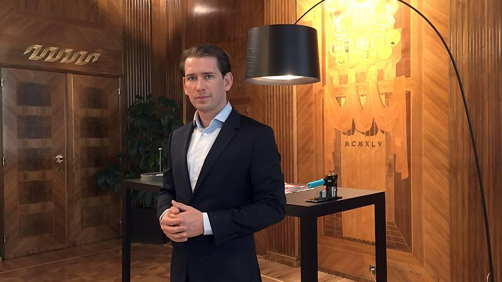 Sebastian Kurz, Bundeskanzler von Österreich, steht in seinem Arbeitszimmer im Kanzleramt in Wien. Foto: Matthias Röder/dpa