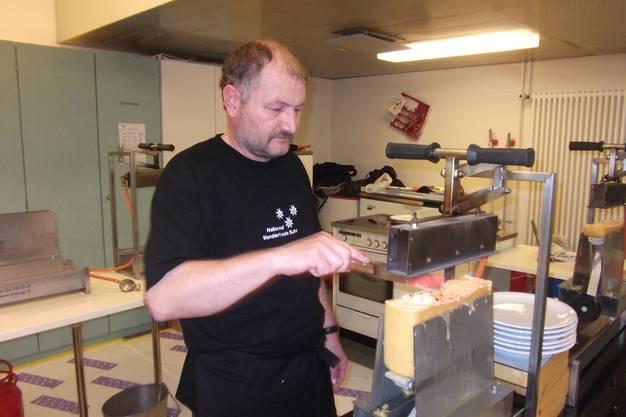 OK-Mitglied Christian Wassmer im Einsatz am Raclette-Offen