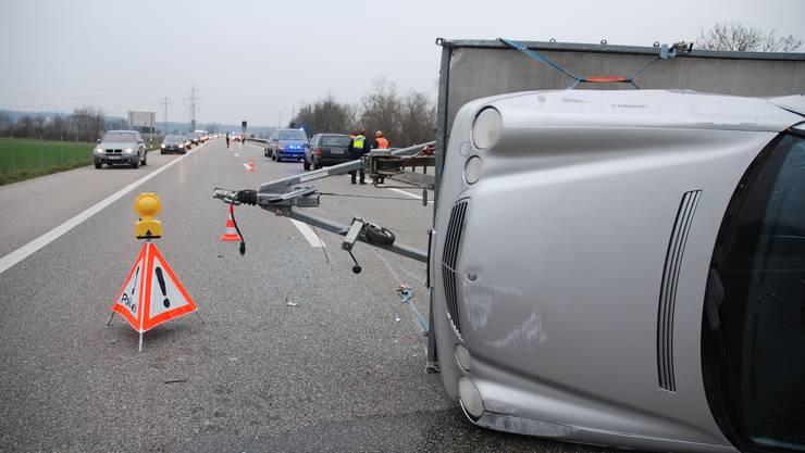 Auf der A1 bei Niederbipp kippte ein Anhänger, der mit einem Auto beladen war