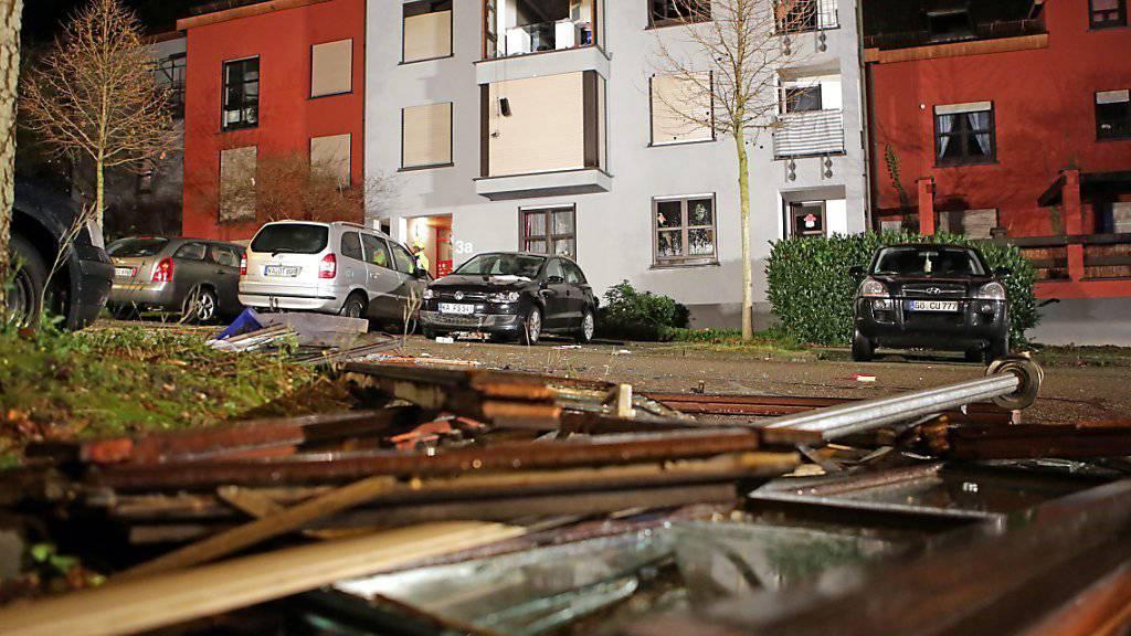 Trümmer liegen nach der Explosion auf der Strasse vor dem Haus: Die Polizei sieht Hinweise auf eine Familientragödie.