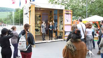 Die Badener Lokalgruppe von Amnesty International vermittelt in ihrer Ausstellung auf dem Badener Bahnhofplatz Zahlen und Fakten zum Thema Flucht.