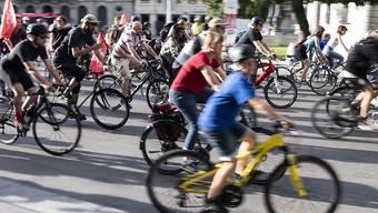 Velofahrer demonstrieren gegen das E-Prix Autorennen in Bern. (KEYSTONE/Peter Schneider)