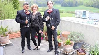 Sandra Hallers Mariachis: Lebenspartner Daniel Rocabado (links) und Alejandro Villamar auf der Terrasse in Teufenthal.