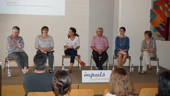 Heidi Simoni, Monika Häusermann, Natalie Ammann, Martin Heiz, Karin Faes und Annelies Gaberell (v.l.) diskutieren über optimale Förderung von Kindern.