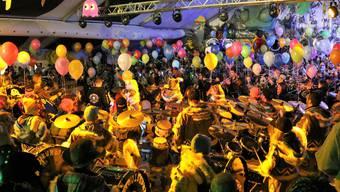 Acht Guggenmusiken überraschten die Stiefeliryter, 420 Männer und Frauen, die gemeinsam ein Ständchen spielten.