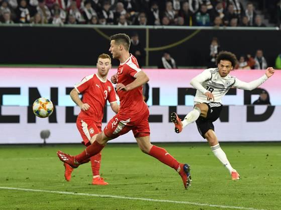 Leroy Sané und Ilkay Gündogan sollen beim Länderspiel gegen Serbien (1:1) «fortwährend beleidigt» worden sein, wie der DFB mitteilte. Die Polizei hat Ermittlungen aufgenommen.