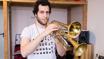 Tassos Tataroglou und seine Erfindung, die Doppeltrompete. Am kleineren Schallstück sind die Klappen zu sehen. Nicole Nars