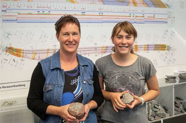 Fasziniert von der Bauweise: Cornelia Lisser und Tochter Melanie.