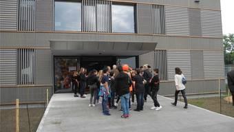 Auf Besichtigungstour: Die Schüler werden durch den Pavillon geführt.