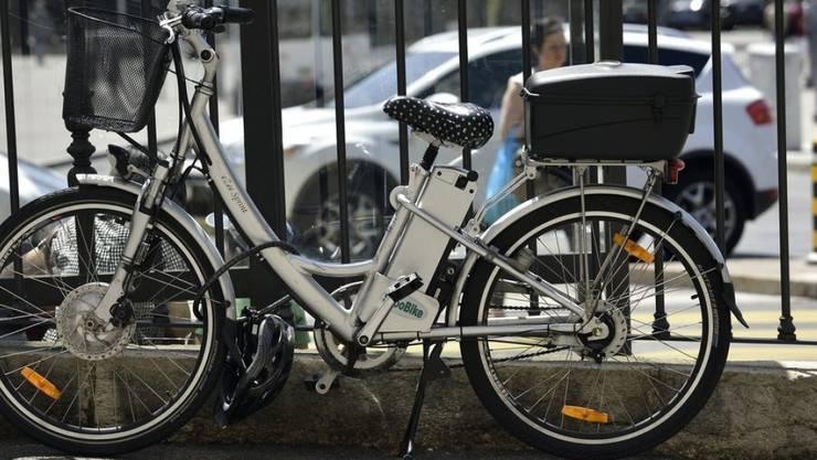 Die Stadtpolizei Zürich setzt in Zukunft auf E-Bikes. (Archiv)
