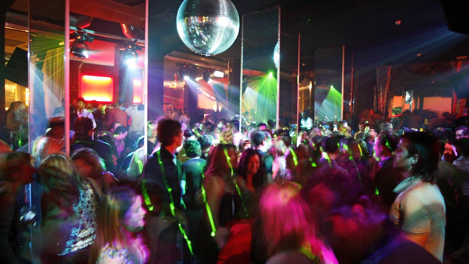 Nachtschwärmer feiern in einem Nachtclub (Symbolbild).