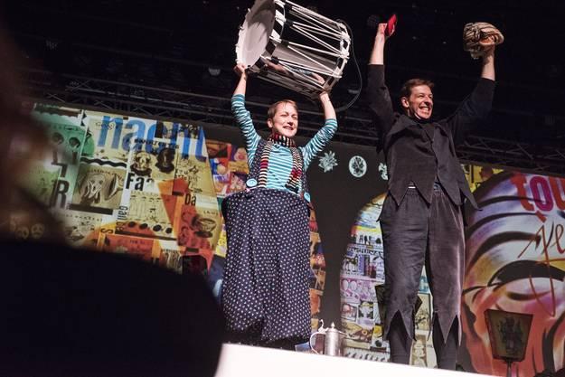 Romana Cahenzli (Naarebaschi, links) und Pascal Caviezel (Barbara-Club) freuen sich über ihren Sieg im Solo-Duo der Alten.