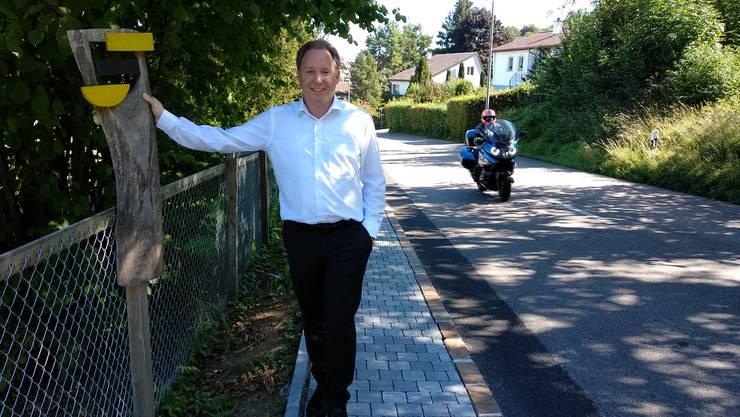 Gemeinderat Daniel Renz am Lärm-Hotspot Challstrasse – hier fahren vor allem an schönen, freien Tagen oft Motorräder oder Oldtimer durch.