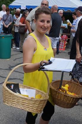 Adriana Hedinger beim Entenverkauf