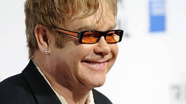 """Elton John posiert anlässlich der Aufführung des Dokumentarfilms """"The Union"""" für die Kameras"""