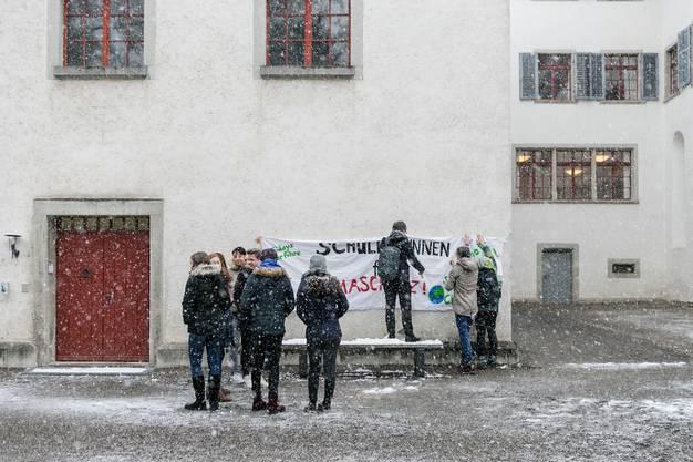 Schülerinnen und Schüler der Kantonsschule Wettingen KSWE bereiten ein Transparent für den nationalen Klimastreik vor.