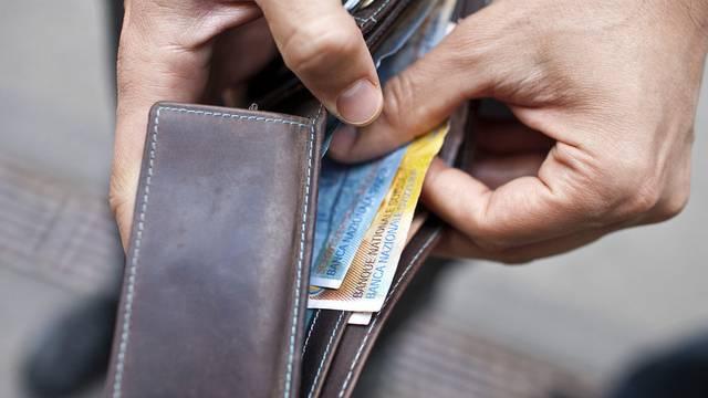 61d362cf590d9 Ein Strassenräuber stiehlt einem 19-Jährigen das Portemonnaie (Symbolbild).