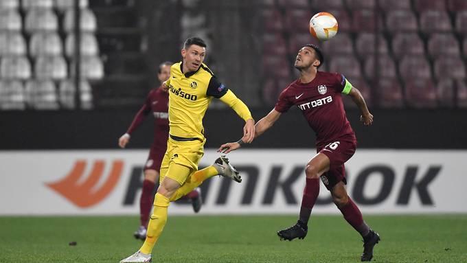 YB-Torschütze Christian Fassnacht (links) im Duell mit Cluj-Captain Andrei Burca.