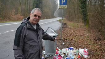 Heinz Steinmann zeigt auf einen Abfallberg im Rupperswiler Wald. (Archiv)