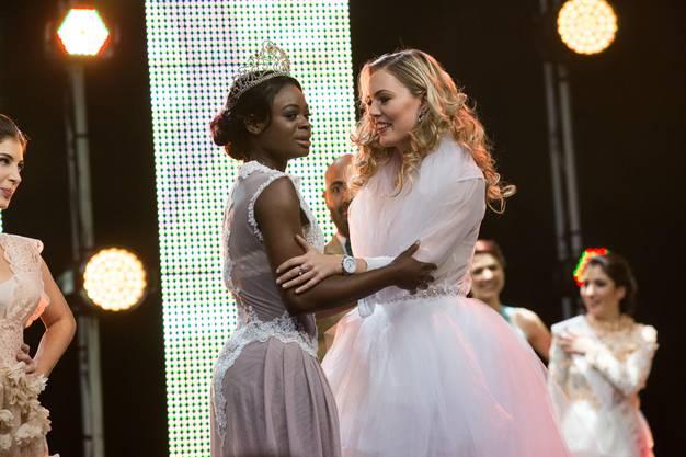 Manuela Oppikofer erfährt, dass sie neue Miss Earth Schweiz geworden ist