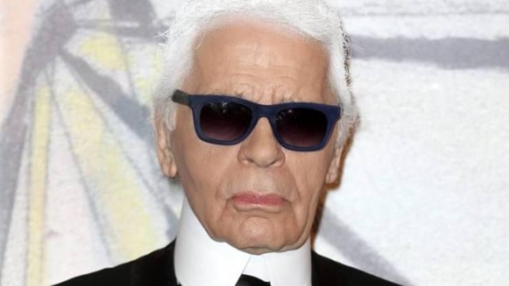 """Karl Lagerfeld tut viel für die Haut, weil er nicht """"wie eine alte Schildkröte aussehen will"""". Böse Zungen behaupten allerdings, er kaschiere mit seinen Vatermörder-Kragen einen Schildkrötenhals (Archiv)."""