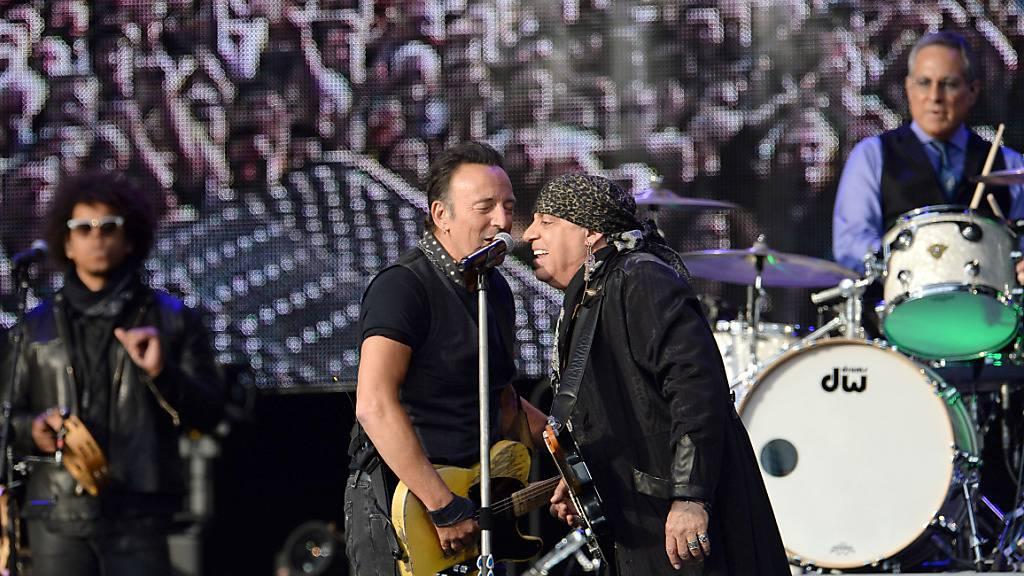 ARCHIV - Der US-amerikanische Rockmusiker Bruce Springsteen (2.v.l) tritt 2016 zusammen mit Saxofonist Jake Clemons (l-r), Gitarrist Steven Van Zandt und Schlagzeuger Max Weinberg von der E Street Band im Münchner Olympiastadion auf. Foto: Andreas Gebert/dpa