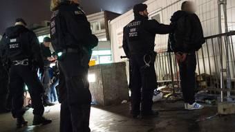 Kölner Polizisten kontrollieren beim Hauptbahnhof einen Verdächtigen. (Archivbild)