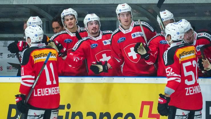 Die Schweizer Nationalmannschaft (links der Zuger Sven Leuenberger Yannick Zehnder) jubeln mit seinen Teamkollegen beim Länderspiel gegen Deutschland in Herisau.