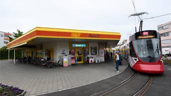 Das 11er-Tram wendet bei der Tramschlaufe im Aescher Dorfzentrum.