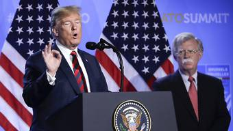 Bild aus besseren Zeiten: US-Präsident Donald Trump (links) konnte auf die Dienste des einstigen Sicherheitsberaters John Bolton (rechts) zählen – nun könnte er ihn beim Impeachment belasten. (Archivbild)