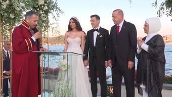 Der deutsch-türkische Fussballprofi Mesut Özil hat am Freitag in Istanbul seine Model-Freundin Amine Gülse geheiratet. Trauzeuge war niemand Geringerer als der türkische Präsident Recep Tayyip Erdogan.