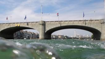Ein noch nicht identifizierter Mann stützte am Sonntag von der Mittleren Brücke in Basel in den Rhein.