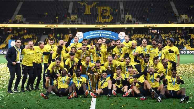 Verdienter Meisterjubel: Die Young Boys stemmen den Pokal.