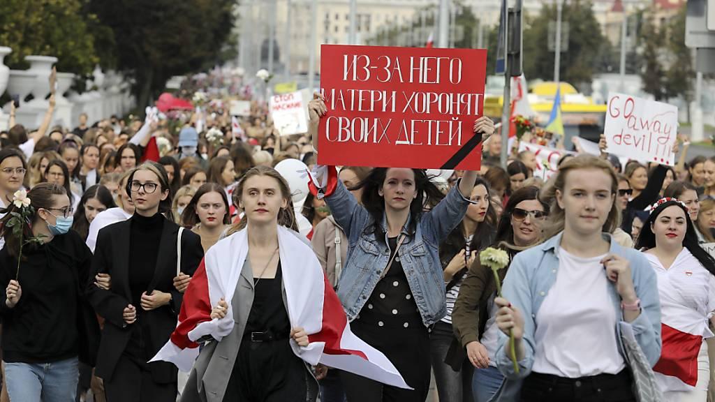dpatopbilder - Frauen nehmen an einer Demonstration der Opposition in Belarus teil. Foto: -/AP/dpa