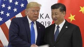 China unter der Führung von Xi Jinping (rechts) kommt US-Präsident Donald Trump im Handelsstreit entgegen und reduziert Strafzölle auf US-Importe. (Archivbild)