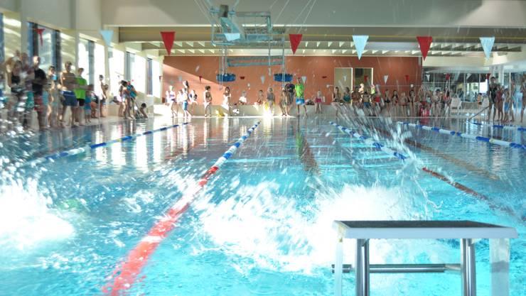 Das Hallenbad Fondli ist unter Badegästen beliebt (im Bild: Schwimmwettkampf Limmattaler Fisch 2015)