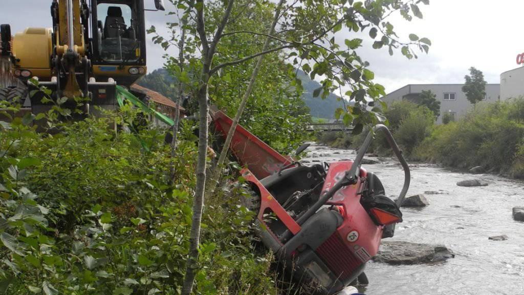 Baumaschine hilft Bauarbeiter: Mit einem Bagger konnte ein Mann, der in Einsiedeln mit seinem Fahrzeug in den Fluss Alp fuhr und eingeklemmt wurde, befreit werden.