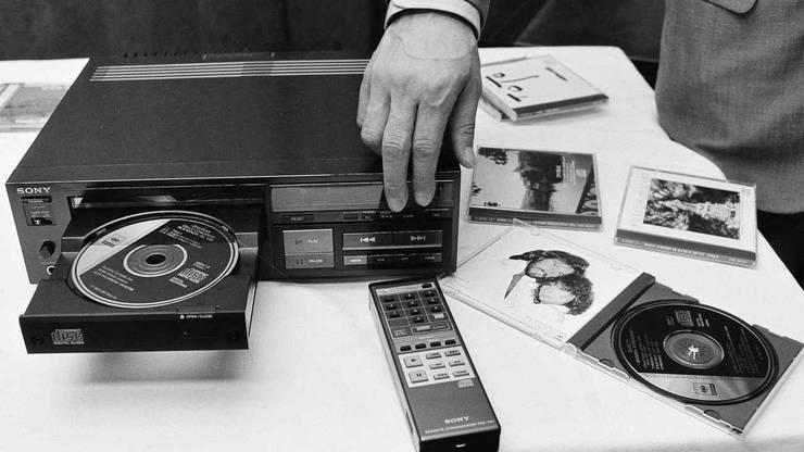 1984: Der CD-Player revolutionierte die Musikindustrie. Er wurden im Laufe der Zeit immer kleiner und günstiger, was vielen Menschen die Möglichkeit gab, sich selbst für den Haushalt einen «Compact Disc Player» zuzulegen. Die CDs lösten zu grossen Teilen die Schallplatte ab.