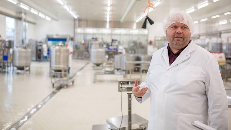 Ueli Schwaller, Chef der Gautschi Spezialitäten AG, erklärt die Abläufe in den fast klinisch sauberen Produktionsräumen.