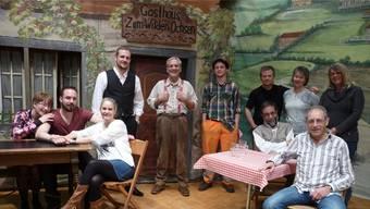 Die Theatergruppe mit ihrem Regisseur Markus Schmid (vorne rechts).