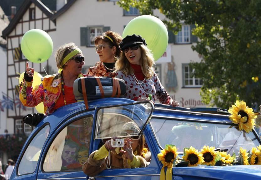 Die Besucher können sich auch dieses Jahr auf viele bunte Wagen freuen. (Bild; KEYSTONE/Arno Balzarini)