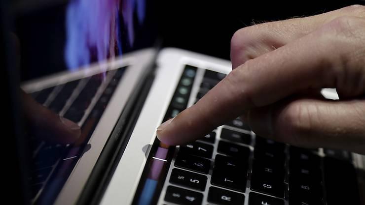 Recherchen zeigen, dass die Internet- und Mobilfunkprovider weit mehr Daten sammeln müssen, als der Bundesrat vor Einführung des neuen Gesetzes sagte. (Symbolbild)