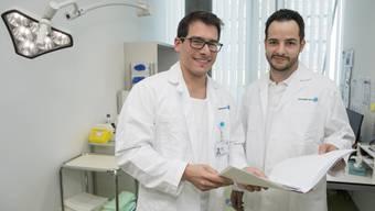 Die angehenden Hausärzte Mathias Colucci (links) und Dominik Weber besuchen bei der KSA-Klinik am Bahnhof            Aarau einen Ausbildungslehrgang bei der Dermatologie.